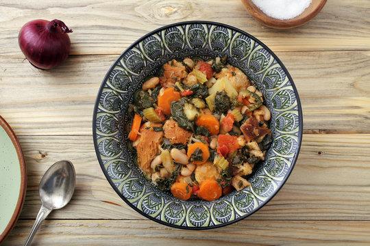 zuppa o minestra di pane con verdure su tavolo di legno