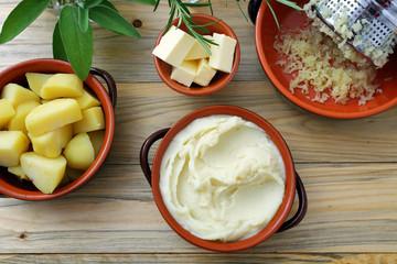 pure' di patate e patate bollite su sfondo tavolo di cucina