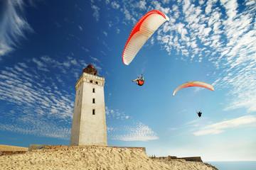 Wanderdüne mit Leuchtturm und Gleitschirmfliegern