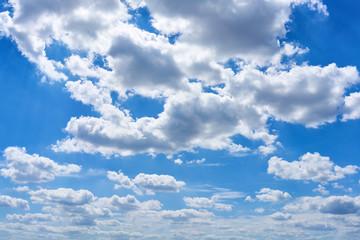 Blauer Himmel mit weißen Wolken als Wetter Konzept