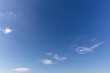 Blauer Himmel mit wenigen Wolken als Hintergrund