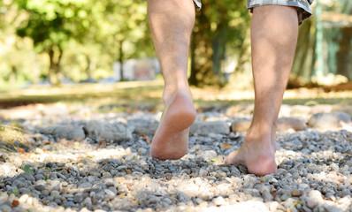 Barfüßerpfad im Park mit menschlichen Füße