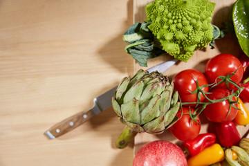 Gemüse auf Schneidbrett mit Messer von oben