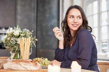 Plus Size Frau beim Essen in Küche