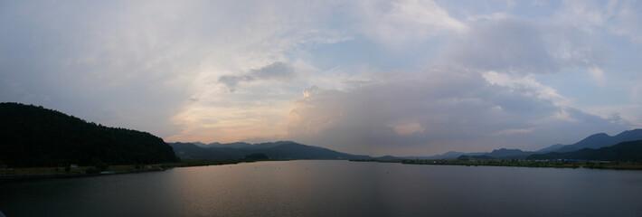 구름낀 하늘과 산으로 둘러싸인 강