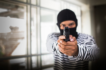 Murderers with guns invade the robbery of valuables in the House.