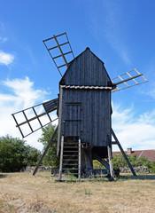 Traditionelle alte Windmühle auf  Insel Öland Schweden