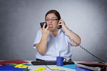 femme en colère et stressée au bureau