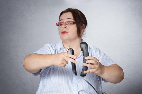 femme téléphonant au bureau