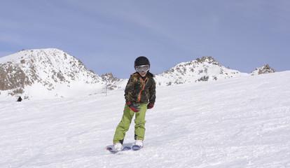 Niño disfrutando del esquí en vacaciones de invierno. San Arlos de Bariloche, Patagonia, Argentina.
