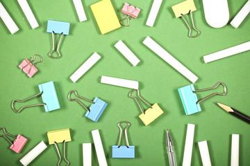 товары для творчества и школы лежат на ярком фоне
