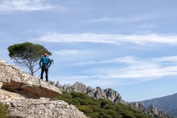 Admirando y caminando entre las montañas