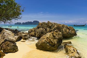 Felsige Bucht auf Bamboo Island bei Krabi, Thailand