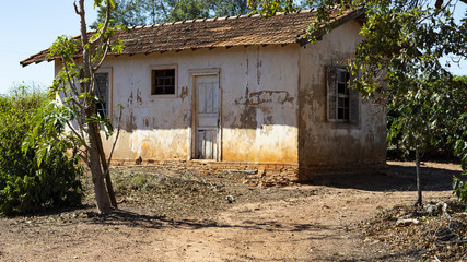 Abandoned house, poorly maintained house, poor house Fotomurales