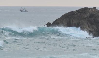 Un chalutier rentre de pêche sur l'océan déchaîné, en Espagne