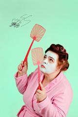 femme ronde avec piegnoir et bigoudis chassant une mouche dessinée