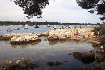 Francia, Cannes,isola di Saint Honorat,imbarcazioni ormeggiate nella baia.