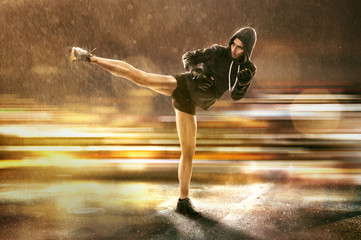 Frau übt Selbstverteidigung im Regen
