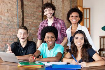 Sympatische internationale Schülergruppe