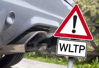 Auspuff mit Abgaswolke und EURO 6 Dieselverbot Fahrverbot WLTP