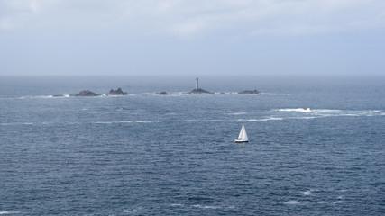 Leuchtturm und Boot im Meer