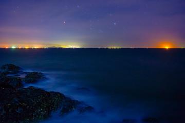 波洗う磯と海から昇るオリオン
