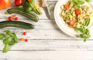 Zucchinisalat Zucchini Salat Tomate frisch Teller Freiraum Textfreiraum Holz Tisch