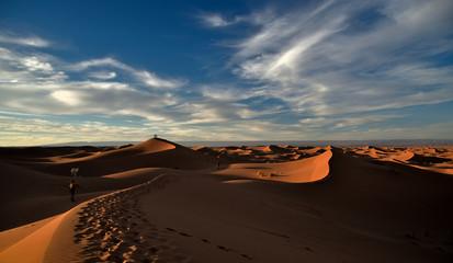 Tuinposter Algerije Sonnenuntergang auf einer Düne in der Wüste