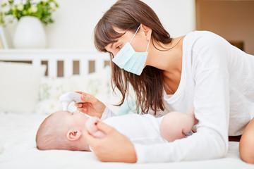 Krankenschwester misst Fieber bei Baby