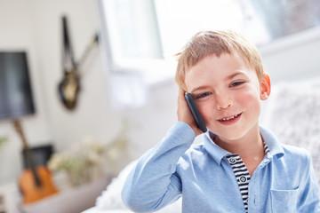 Glücklicher Junge telefoniert mit dem Handy