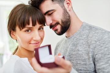 Mann mit Eheringen macht Liebeserklärung