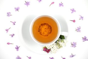 чай в белой чашке стоит на белом фоне