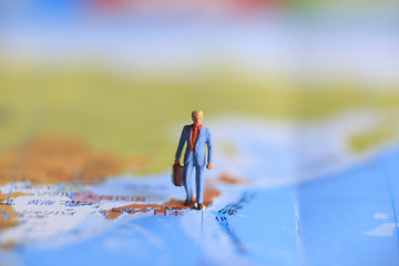 地図とミニチュアの人