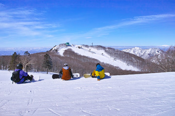 滑走前の休憩中のスノーボーダー達