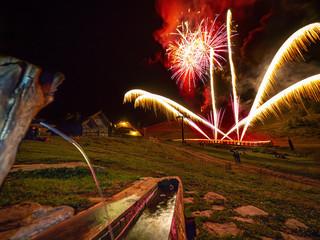 Festival di fuochi d'artificio nelle alpi