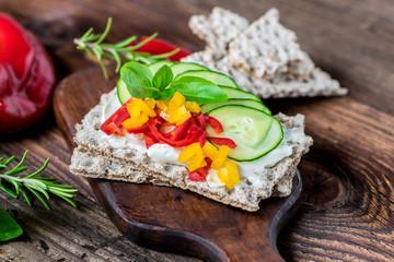 Photo sur Toile Buffet, Bar Diät - Frühstück - Gemüse - Brot - Brötchen - Knäckebrot