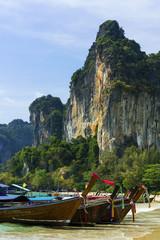 Longtailboote am Railay-beach in Krabi, Thailand