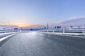 Fototapete - empty asphalt road with city skyline in japan