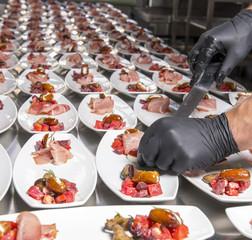 Foto op Aluminium Voorgerecht Vorbereitung von Vorspeisen für eine Hochzeit durch Catering