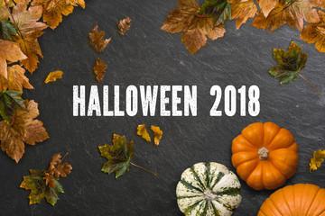 """Schiefertafel mit Aufschrift """"Halloween 2018"""" und herbstlicher Dekoration"""