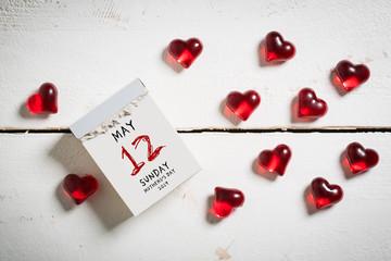 Abreißkalender mit Muttertag 2019 und dekorativen Herzchen auf Holzuntergrund