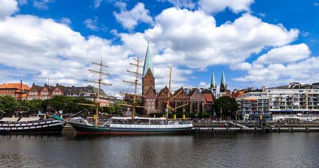 Martinianleger mit Kirche in Bremen