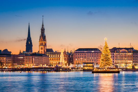 Skyline und Weihnachtsmarkt von Hamburg, Deutschland
