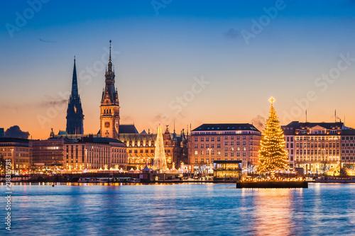 skyline und weihnachtsmarkt von hamburg deutschland. Black Bedroom Furniture Sets. Home Design Ideas