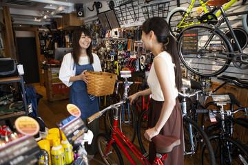楽しそうに自転車を眺める女性