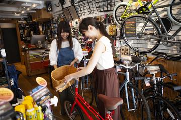 気に入った自転車を選ぶ女性