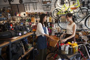 店員と話しながら自転車を選ぶ女性