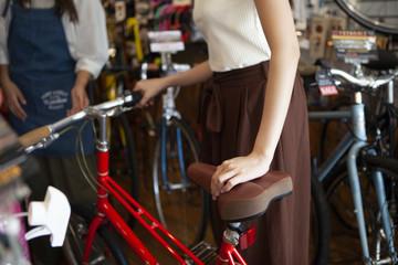 赤い自転車と女性のアップ