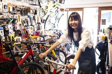 笑顔の自転車屋スタッフ