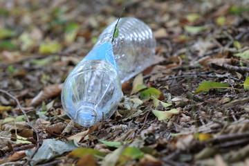 Plastikmüll im Wald
